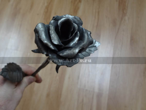 День всех влюблённых (день Святого Валентина) празднуют любящие сердца уже не один раз. Подарить в этот день цветы, плюшевого мишку или китайскую безделушку - это слишком банально! Кованый цветок или ключ от сердца гораздо интереснее и памятнее. Эти подарки останутся на долгие годы..