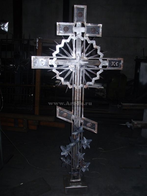 Кованый крест. Фото в цеху. Общий вид спереди.