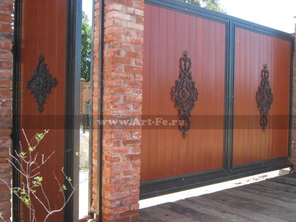 Откатные ворота с декоративными коваными панно. общий вид.