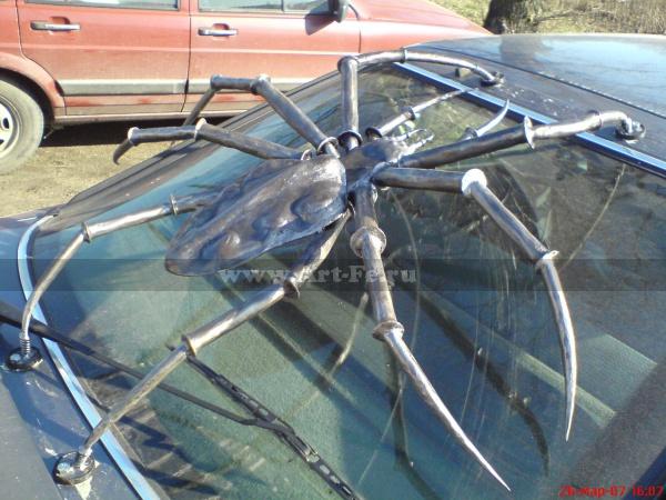 Кованый паук на машину