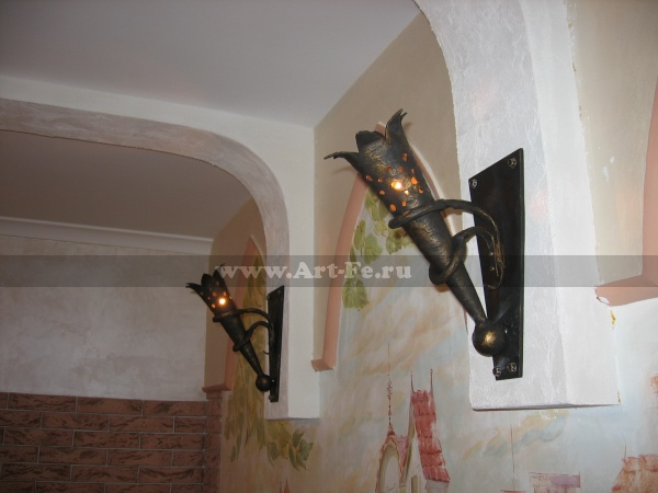 Кованый светильник. Факел как элемент декора интерьера.