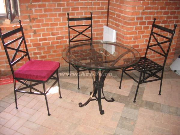 Столик и стулья в музее янтаря