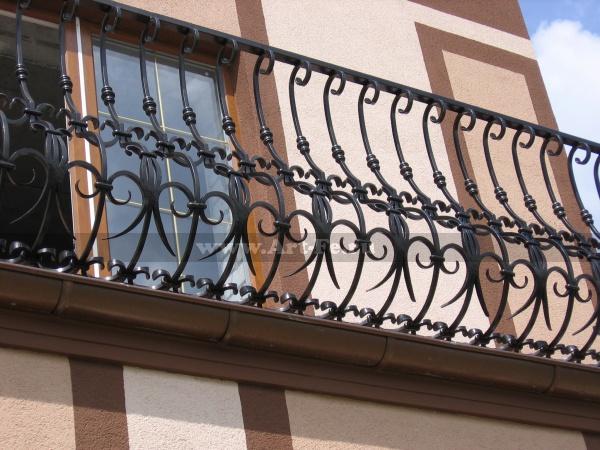 Массивный, добротный кованый балкон