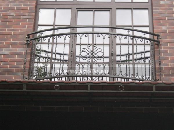 Простой кованый балкон