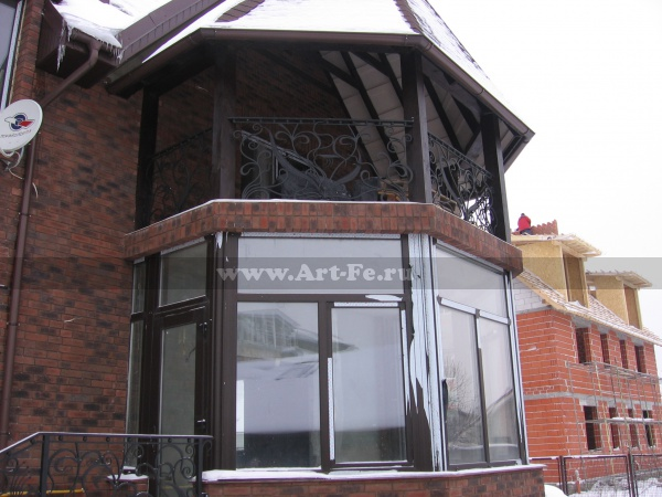 Кованый балкон в стиле псевдо флористика.