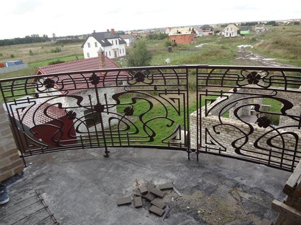 Полукруглый кованый балкон в стиле МОДЕРН