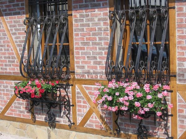 Кованая цветочница под окно