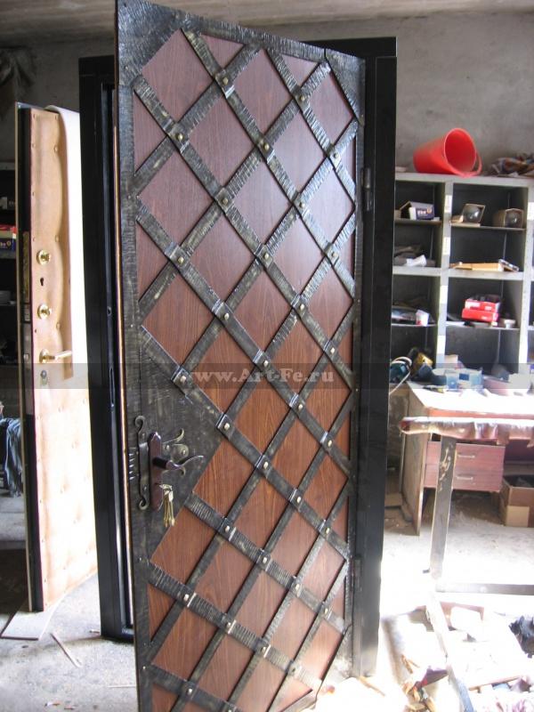 Стальная дверь со коваными полосами.