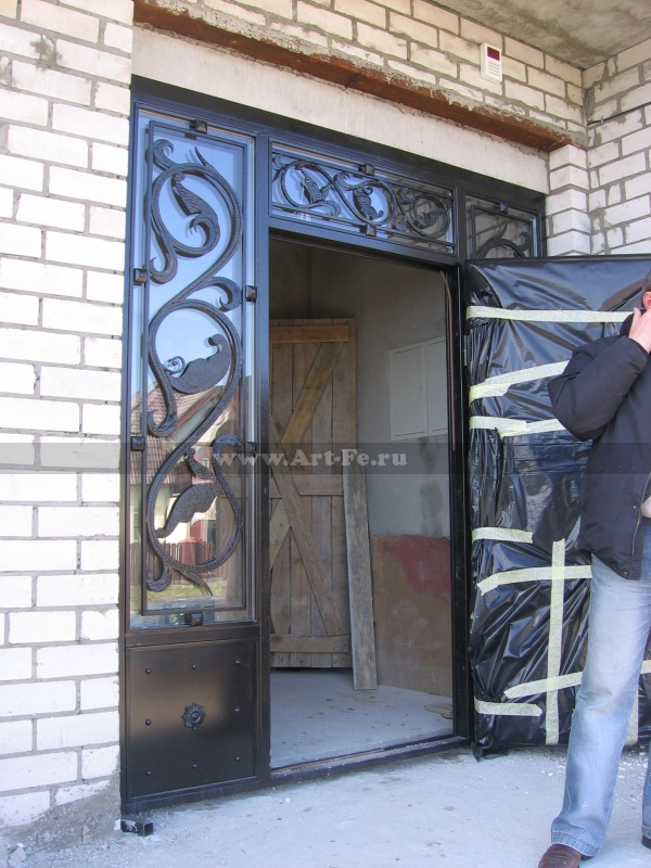 Мелаллическая дверь с решетками на окнах