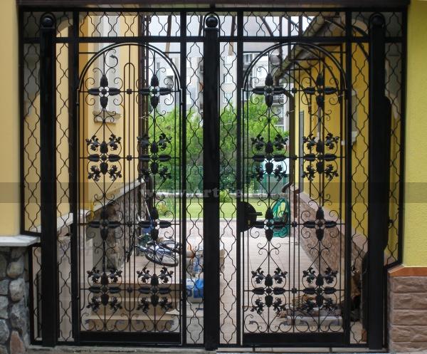 Кованые решетки. Решетчатая дверь. Кованые элементы.