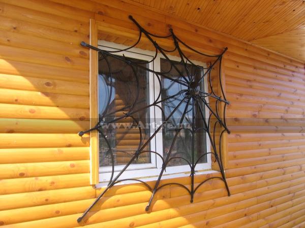 Кованая решетка. В сетях паука.