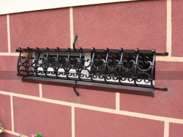 Кованая решетка с хомутами на окно в полуподвал