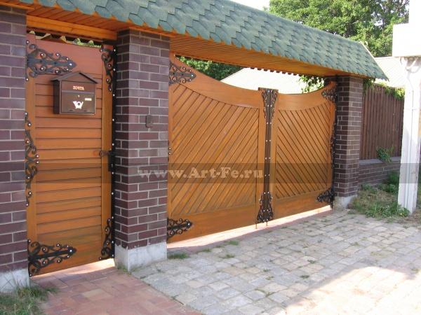 Деревянные ворота с калиткой с коваными жиковинами