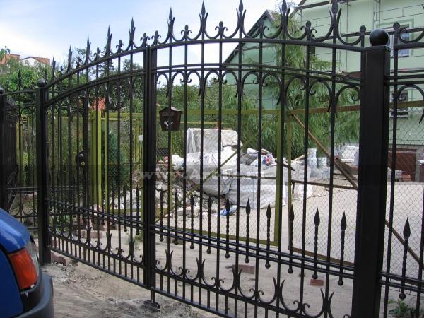 Простые распашные кованые ворота с калиткой