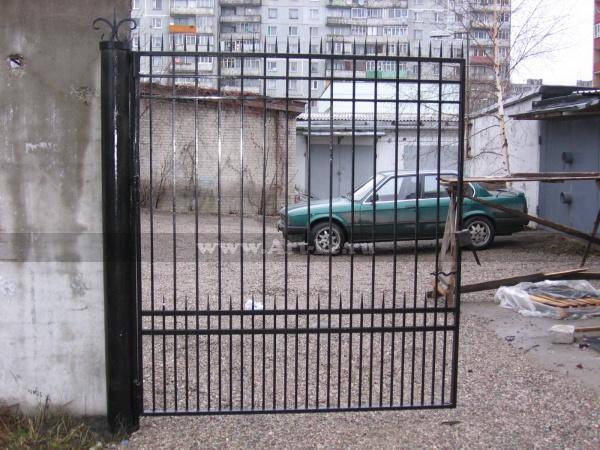 Распашные ворота, шипастые, очень опасные.