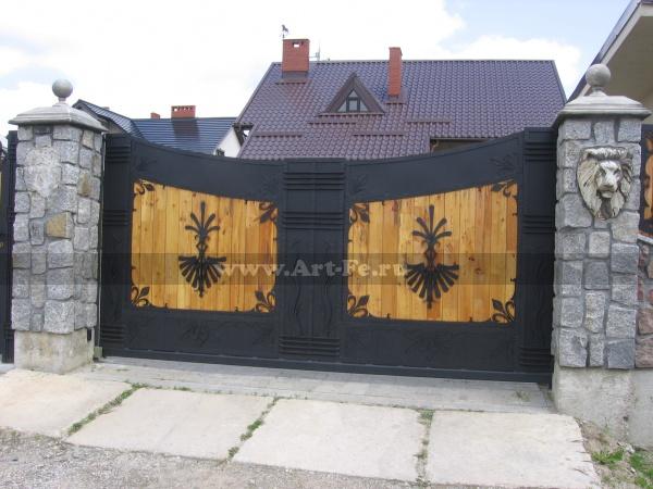 Кованые ворота с деревом и накладным декором