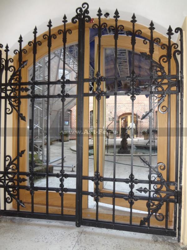 Кованые ворота фото. Собраны на клёпках. Вход Музей Янтаря.