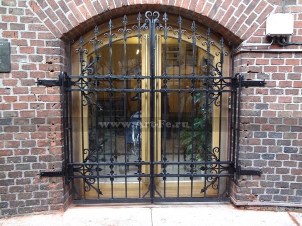 Кованые ворота фото. Собраны на клёпках. Внутренний дворик Музея Янтаря.