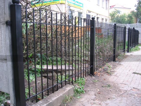 Простой железный забор