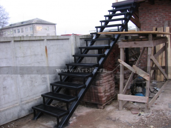 Металлическая лестница. Трап. Фото