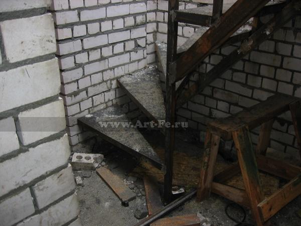Металлическая лестница с разворотными ступенями. Фото