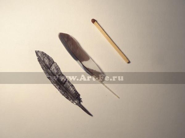 Кованое перо попугая из кубика металла 8х8х8мм, маштаб 1:1
